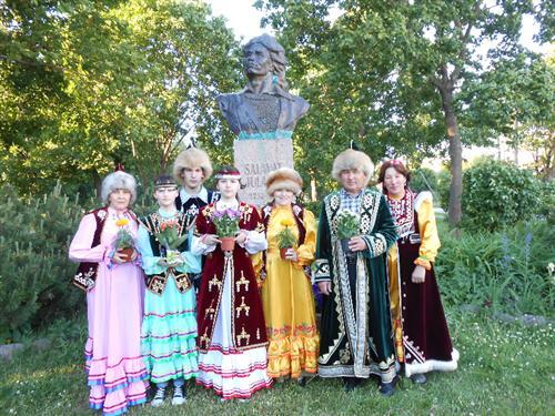 Башкиры в Эстонии у бюста Салавата Юлаева